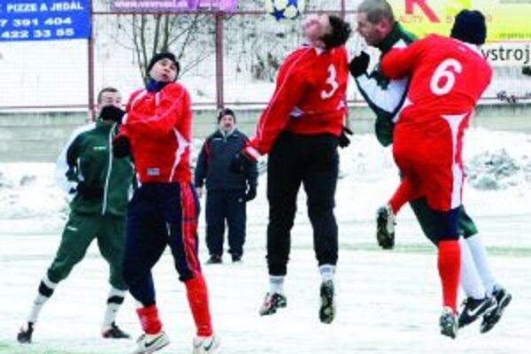 Tréner príkladom. V zápase s Oravským Veselým bolo Petra Žabku (vpravo) vidieť aj v ofenzíve.