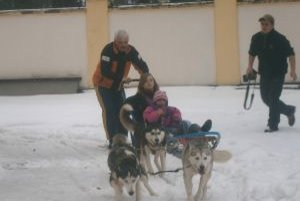 Niektoré deti najskôr museli prekonať prvotný strach zo psíkov.