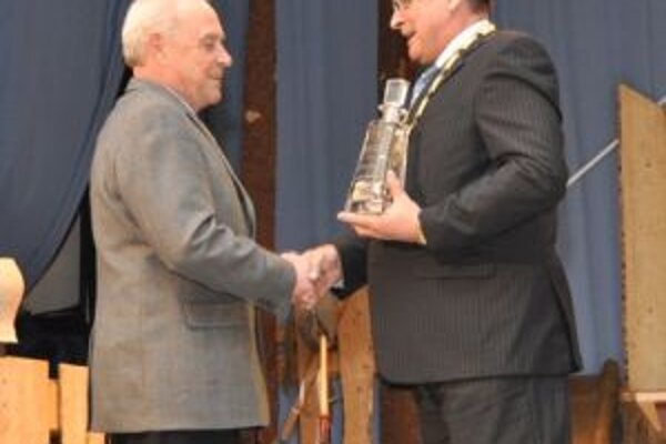 Milan Novotný (vľavo) si prebral ocenenie od starostu obce.
