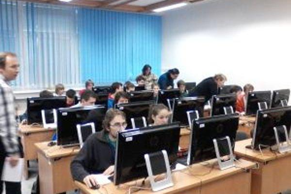 Počas projektu Masterclass riešili žiaci úlohy aj na počítačoch.