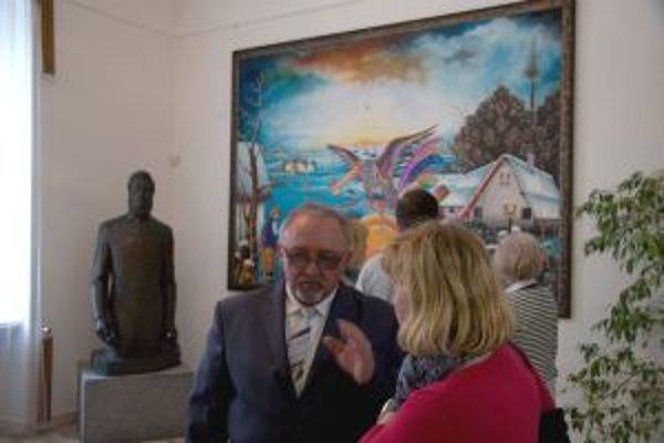 Maliar Pavol Cicka na vernisáži svojej výstavy.