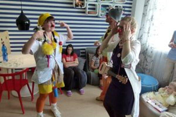 Detským pacientom sa klauni a ich hravé piesne veľmi páčili.
