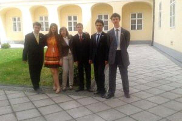 Debatná partia z Martina na nádvorí Národnej rady SR.