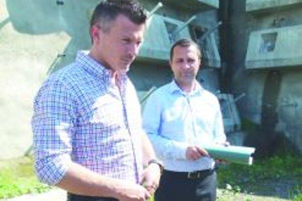 Minister Ján Počiatek a riaditeľ NDS Milan Gajdoš vo Višňovom.
