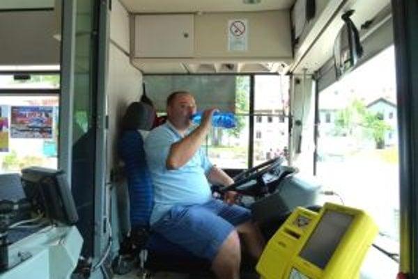 Vodič MHD Martin Veselovský mal vodu stále po ruke.