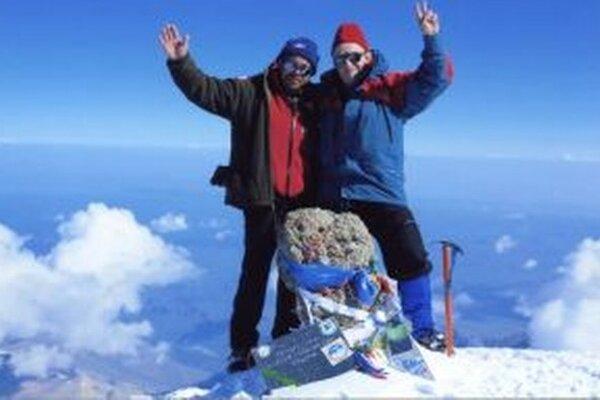 Alexander Lilge (vpravo) vyšiel na vrchol Elbrusu aj so zaťom.