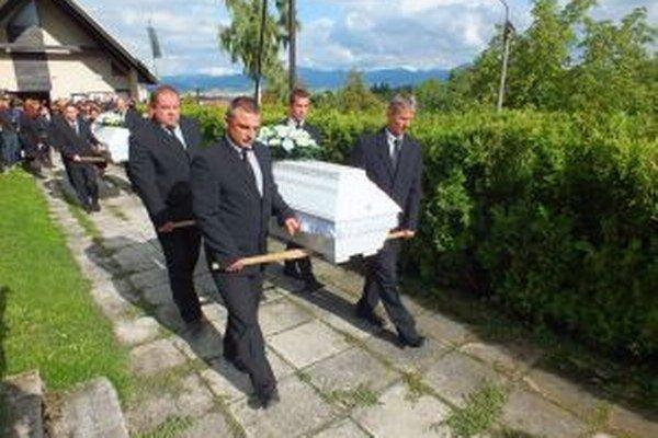 Telá dievčat previezli po rozlúčke do Trnavy, kde ich pochovali.