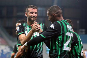 Gian Marco Ferrari (vľavo) zo Sassuola oslavuje gól so spoluhráčom Kevinom Princeom Boatengom.