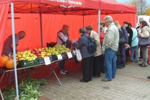 Na farmárskych trhoch si ľudia tovar kupovali priamo od výrobcov.