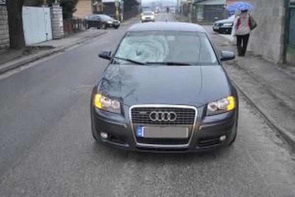 Po zrážke, ktorá zapríčinila smrť chodca, skončilo auto s rozbitým čelným sklom.