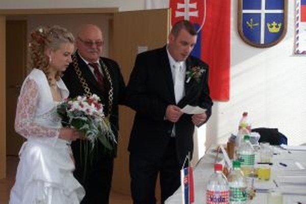 Novomanželia Vašekovci a starosta Valče Štefa Paľo vo volebnom miestnosti.
