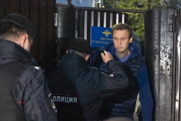 Ruského opozičného lídra Alexeja Navaľného zadržali hneď po prepustení z väzenia.