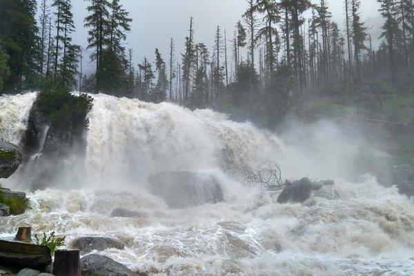 Rozvodnené Studenovodské vodopády v júli 2018.