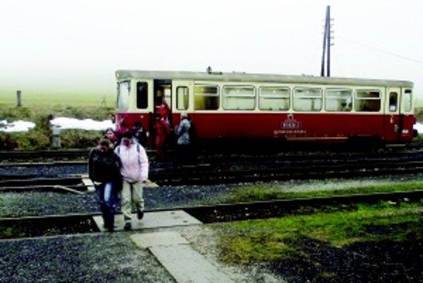 Obyvatelia Skleného sa do Handlovej inak ako vlakom nedostanú.