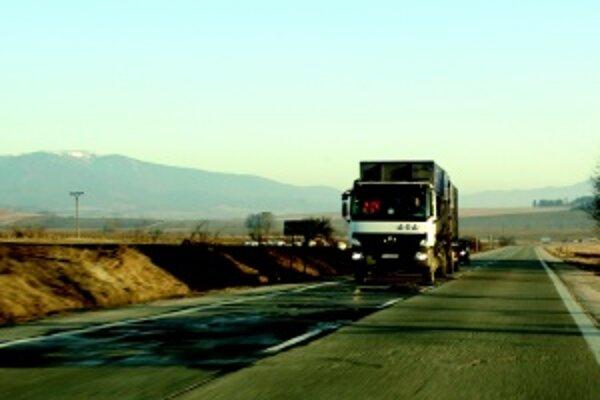 Denne po tejto ceste prejde cca 12 350 vozidiel, z čoho je cca 20 percent ťažkých nákladných vozidiel.