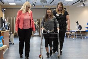 Profesorka Susan Harkemaová z Univerzity v Louisville dohliada na kroky Kelly Thomasovej. Profesorka tvrdí, že ak tomu okolnosti prajú, ochrnutí pacienti sa môžu zotaviť.
