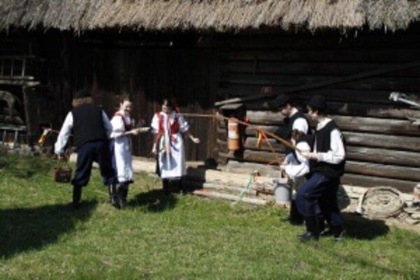 Vítanie jari a rozlúčka so zimou v Múzeu slovenskej dediny spojená s veľkonočnými trhmi a vystúpením DFS Turiec pri Juniorklube v Martine.