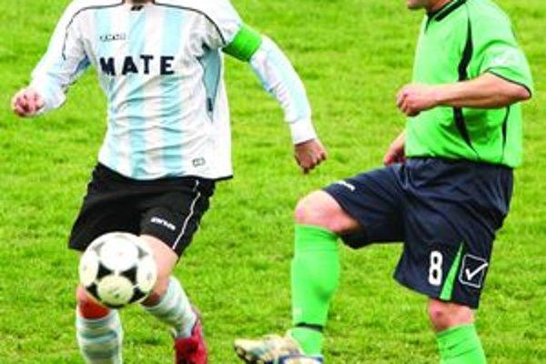 Aj kreatívny Ľ. Lukášik (v zelenom) sa v zápase proti Kotrč. Lúčke predviedol v dobrom svetle.