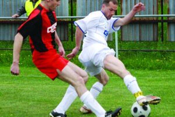 Muž zápasu. Zdeno Kubatka (v bielom) dvomi gólmi otočil nepriaznivý stav. Od lopty sa ho snaží odzbrojiť V. Gorgosz.