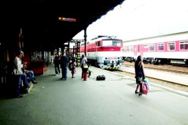 Stanica Vrútky. Ľudia radi cestujú vlakom, pretože je to pohodlné, spoľahlivé a lacnejšie ako autobus. Ako to bude po zmene, ukáže čas.