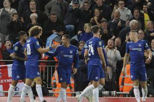 Eden Hazard (tretí zľava) oslavuje gól so spoluhráčmi z Chelsea Londýn.