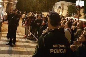 Mestskí policajti a návštevníci vinobrania.
