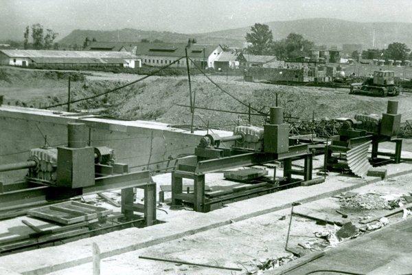 Vodné dielo Veľké Kozmálovce začali stavať v roku 1984.