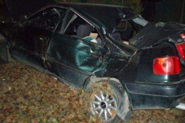 Zdemolované auto skončilo v plote. Dvaja spolujazdci sú ťažko ranení.