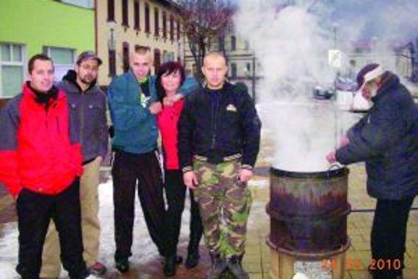 Vianočný tímVlani partia mladých dobrovoľne navarila bezdomovcom vianočnú kapustnicu. Tento rok autor myšlienky Lukáš, objímajúci Perlu, bude chýbať.