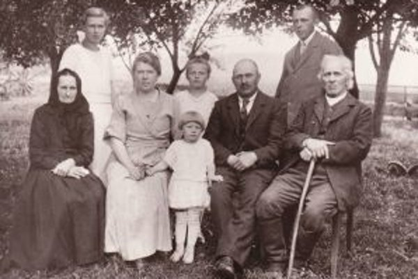 Rodina Thomka Petré. Na snímke matka Danice Rutšekovej Anna (uprostred), vľavo hore mamina sestra Mária, ktorá zomrela ako 21-ročná, pod ňou sedí najmladšia sestra Elena. Uprostred fotografie sú jej starí rodičia Mária a Jozef Thomka Petré, po bokoch sedi
