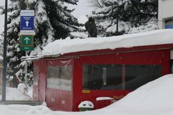 Obchody zavalil sneh. Mohol zničiť tovar. Preto sa ľudia aj v Turčianskych Tepliciach chytali lopát.