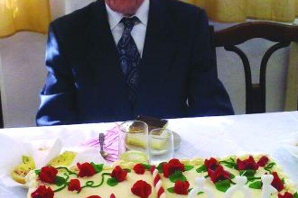 OslávenecGejza Murárik dostal k svojej stovke takúto narodeninovú tortu.