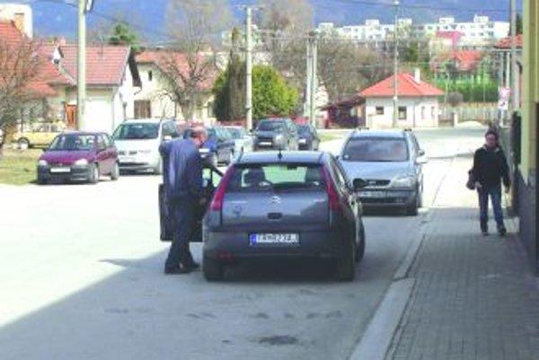 Obyvatelia z okolitých obcí chodia na vlak autama, ktorými zapĺňajú ulicu pri železničnej stanici. Zákazníci blízkych obchodov nemajú kde zaparkovať. Nový systém parkovania to má vyriešiť.