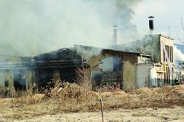 Fabrika v Diviakoch. Nevyužívanú budovu zachvátil oheň v stredu 4. apríla poobede.