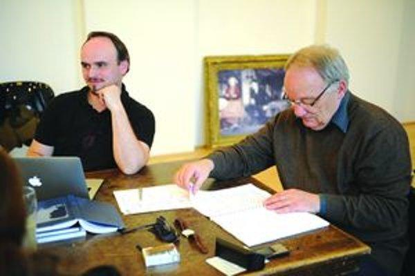 Ľubomír Vajdička (vpravo) počas skúšania novej hry v martinskom divadle.