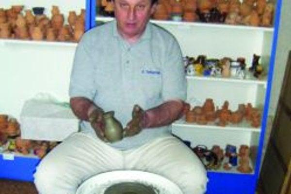 Viliam Hronec. Pre Slovenské národné múzeum v Martine obnovil výrobu zaniknutej tradičnej keramiky vyrábanej v tunajšom regióne.