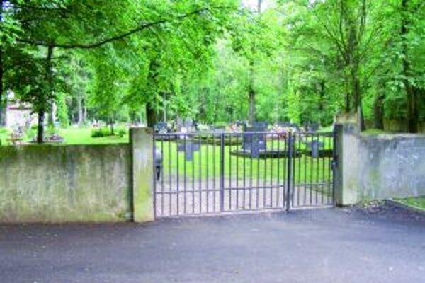 Na Jahodníckom cintoríne sa budú stavať chodníky.