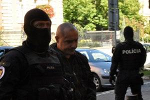 Obvinený Tomáš Sz. (druhý zľava) počas príchodu na Špecializovaný trestný súd v Banskej Bystrici.