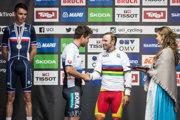 Peter Sagan (vľavo) odovzdal zlatú medailu novému majstrovi sveta - Alejandrovi Valverdemu.