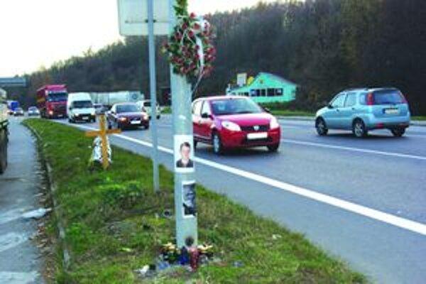 Pod Partizánskym cintorínom v Priekope v novembri minulého roka na ceste zomrel 20-ročný Matej.