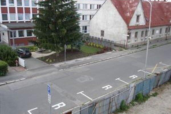 Pred sídlom Turčianskej vodárenskej spoločnosti v Martine pribudli bezplatné parkovacie miesta.