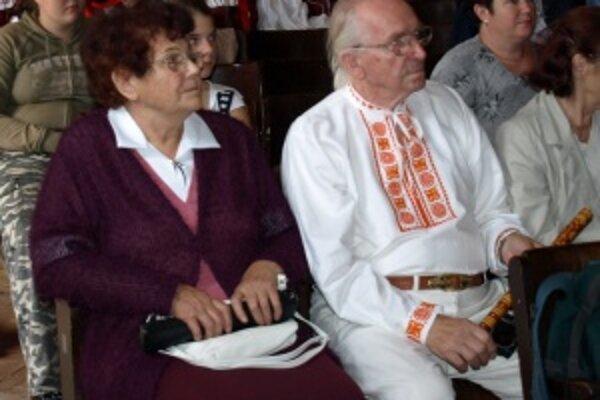 Karol Jurašek s manželkou v kultúrnej sále zo záujmom sledovali vystúpenia a spev súborov z rôznych krajín.
