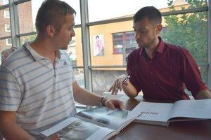 Autor knihy Pavol Makyna (vpravo).