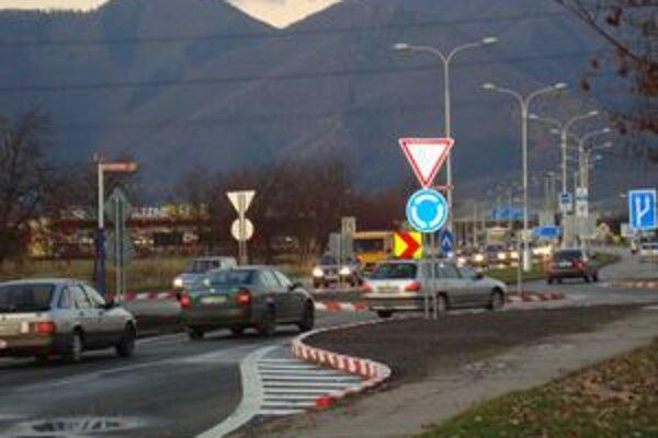 Veľké kolóny sa už netvoria. V Košútoch sa dopravná situácia pri novej kruhovej križovatke stabilizovala.