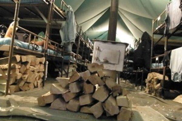 Teplo je základ. O drevo sa starajú samotní bezdomovci, o teplo zas esbéeskári.