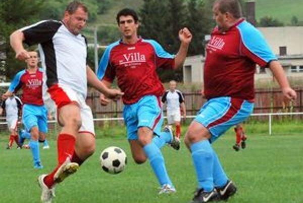 Sklabinčan Branislav Vácha (v bielom) stihol dať za trinásť kôl trinásť gólov. Darilo sa aj Blatničanom, ktorí na jeseň skončili na štvrtom mieste.