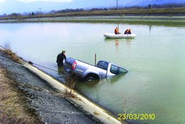 Auto našli na dne kanála. Majiteľ zrejme poriadne nezatiahol ručnú brzdu, auto mu ušlo do derivačného kanál Váhu.