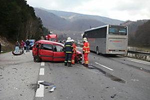 Nehoda pri odbočke do Šútova uzavrela cestu na asi 40 minút.