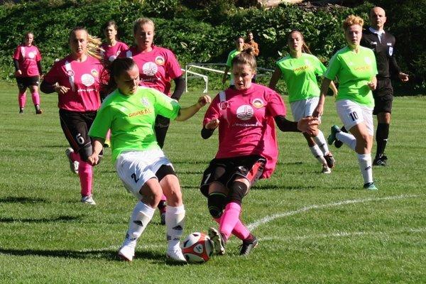 Oravské futbalistky (v zelenom) doma porazili Liptovský Mikuláš jasne 4:0.