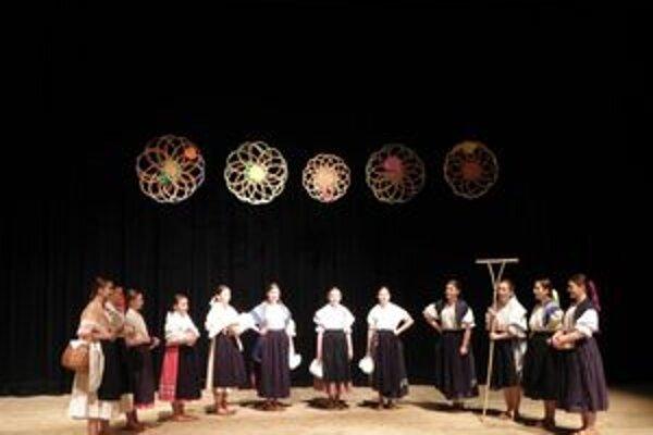 Dievčenská spevácka skupina DFS Turiec pri martinskom Juniorklube.